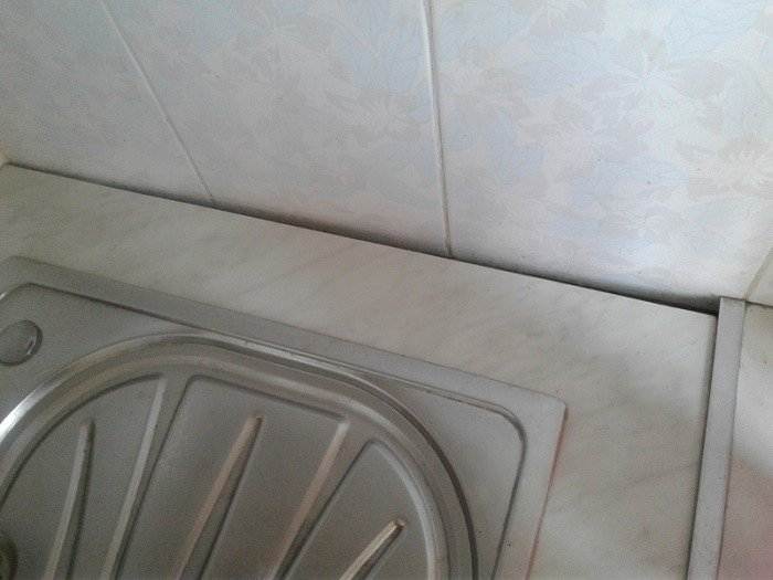 Щели между столешницей и углом при развернутых стенах на кухне