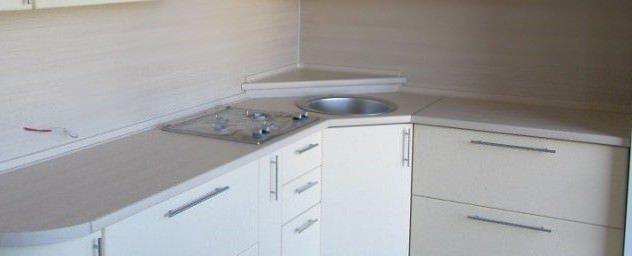 угловой шкаф кухни трапецией с подиумом