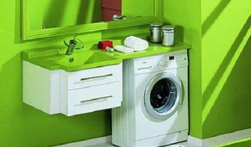 ванная со встроенной стиральной машиной под столешницей