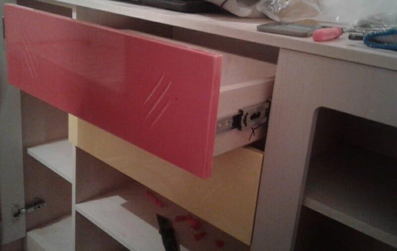 шаг 6 - крепеж фасада выдвижного ящика на саморезы