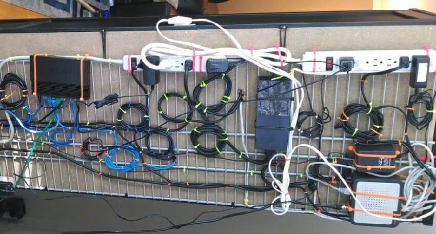 как закрепить провода от компьютера под столом с помощью сетчатой полки