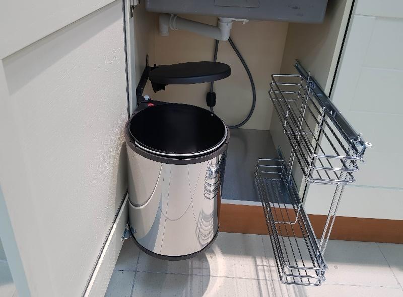 шкаф под мойку со встроенным ведром и бутылочницей