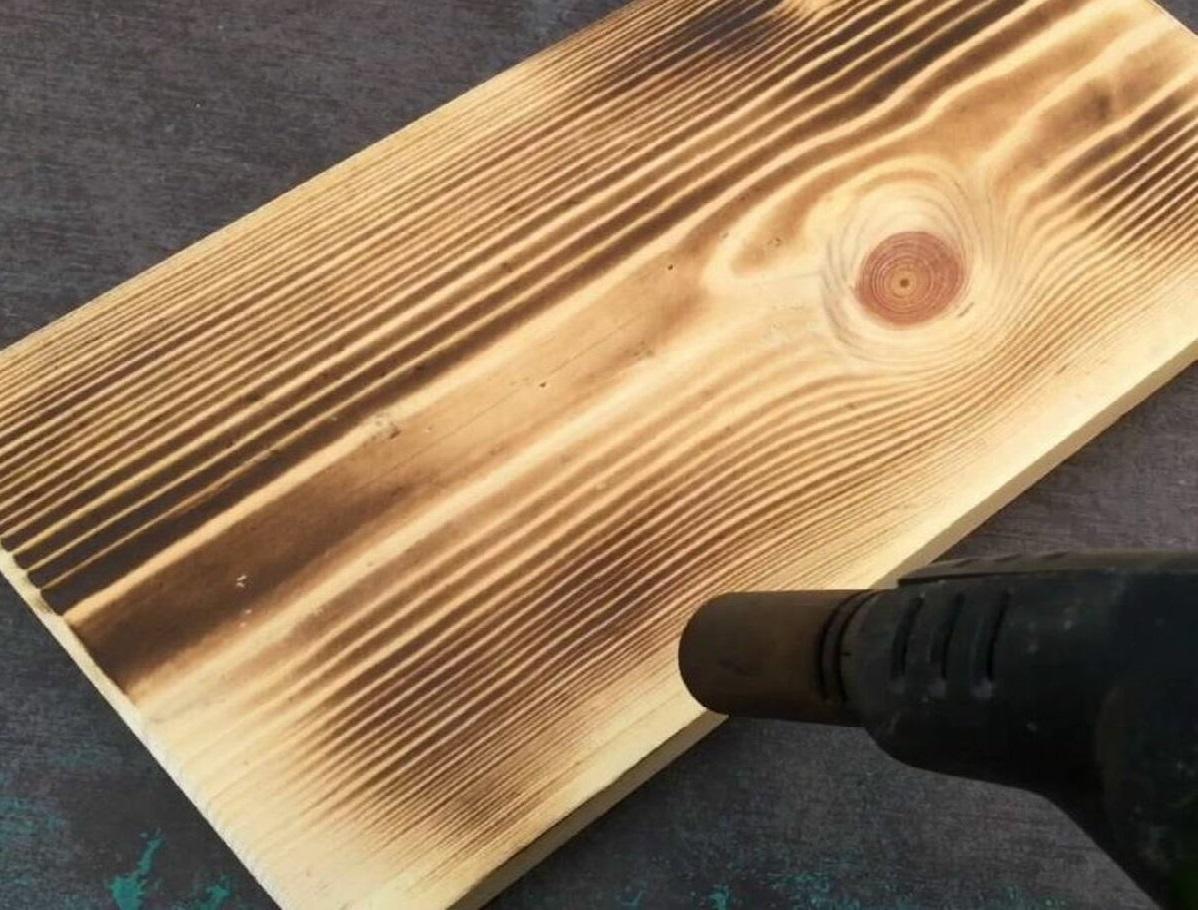 опаливание массива для создания искусственного состаривания мебели